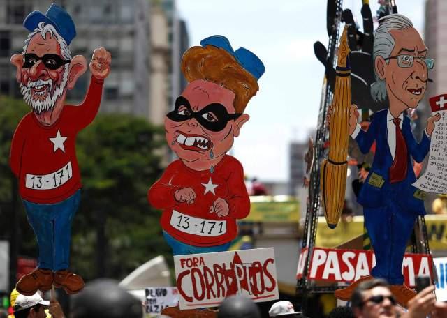 Cartazes com desenho de Lula, Dilma e o ex-presidente da Câmara dos Deputados, Eduardo Cunha (MDB), em um protesto pró-impeachment da presidente petista em São Paulo, 2015