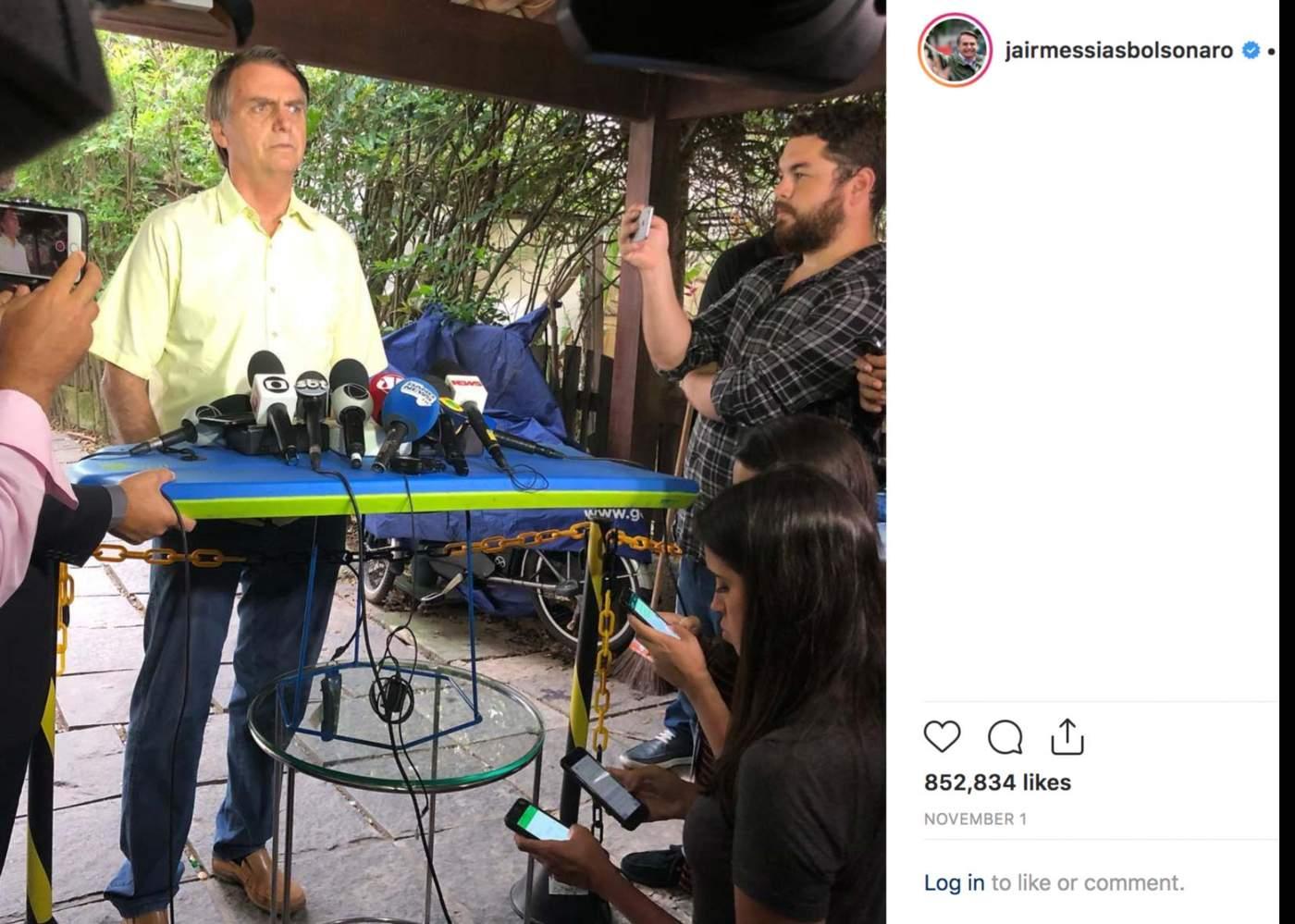 Coletiva de imprensa de Bolsonaro em sua casa após resultado da eleição; os microfones de jornalistas foram colocados em cima de uma prancha