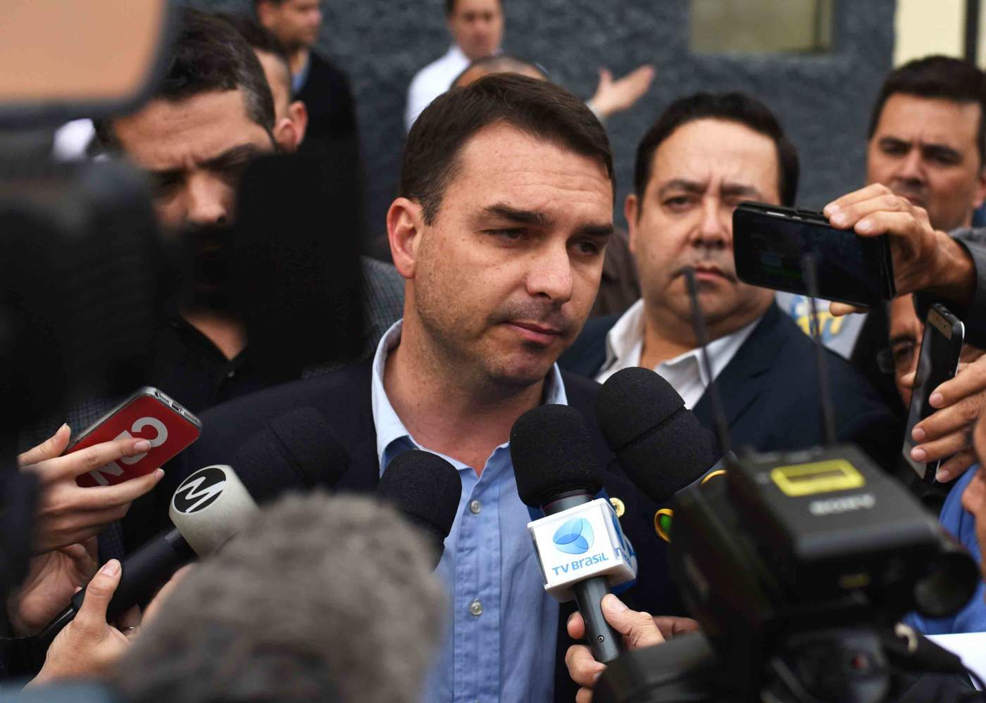 Flávio Bolsonaro fala com jornalistas em frente ao hospital