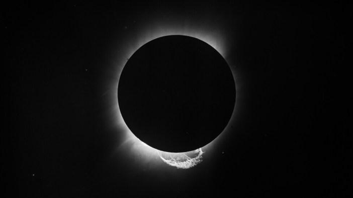 Al comparar la posición de las estrellas Híades en el cielo durante el eclipse y después por la noche, los científicos confirmaron que Einstein tenía razón sobre la gravedad. Foto: Museo Marítimo de Londres.