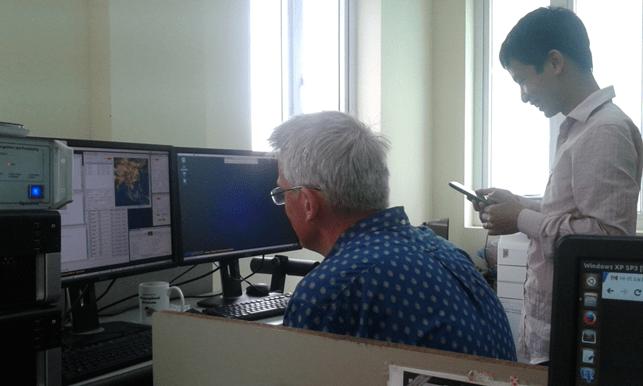 Cán bộ Trung tâm FIMO theo dõi bức ảnh đầu tiên thu được từ trạm thu trong quá trình đào tạo