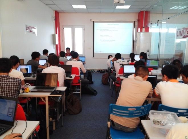 Các bạn sinh viên đang lắng nghe chuyên gia trình bày về các vấn đề sẽ thực hành trong khóa học