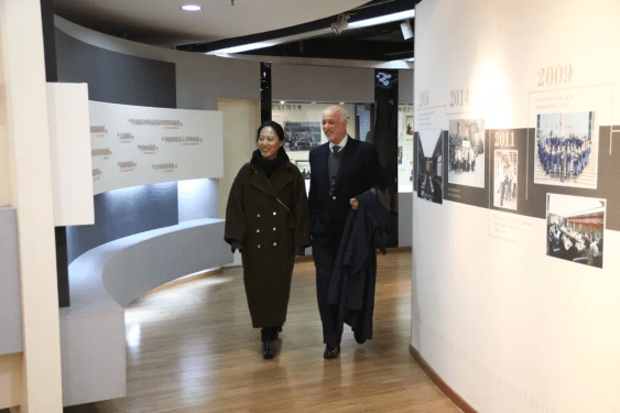 Professor Silberman visits ZSTU's clothing exhibition hall.