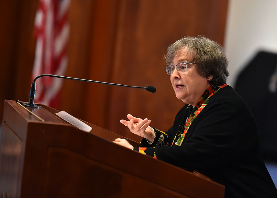Elizabeth Johnson, CSJ, PhD, profesor distinguido de la teología.  Foto por Dana Maxson