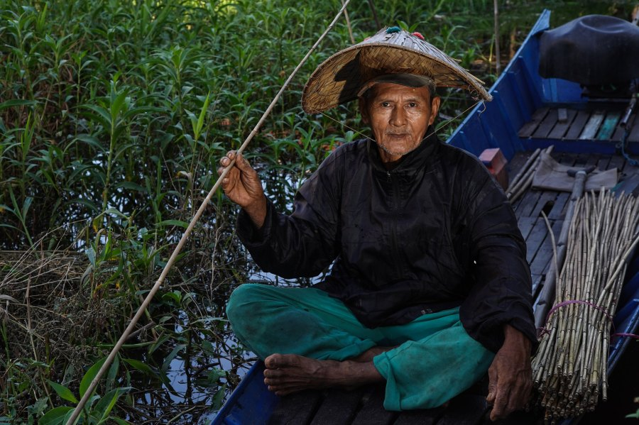 A local fisherman in Indonesia's mangrove waters. Ricky Martin, CIFOR
