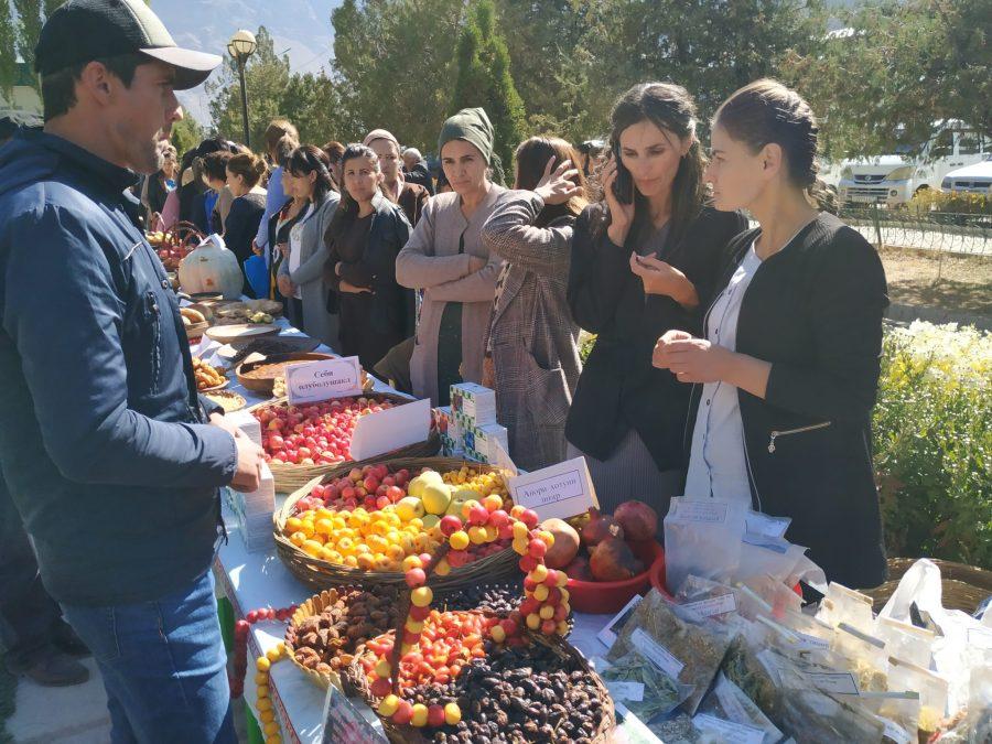 El Parque de la Papa ha inspirado a otras comunidades indígenas a proteger su patrimonio biocultural en otros lugares del mundo. En Jafr, Tayikistán, los agricultores han creado el paisaje biocultural Parque de la Manzana, luego de una visita al Parque de la Papa en 2010.  Alimek Otambekov, INMIP