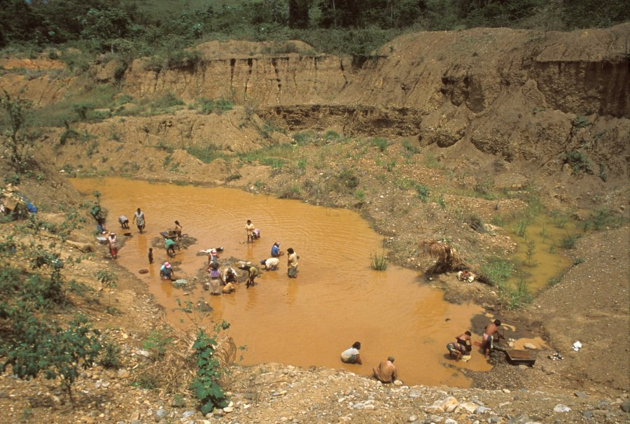 Mining for gold in a river bed in Bolivia. André Fatras, indigo.ird.fr