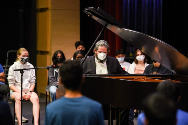 Jazz pianist gives impromptu masterclass to students