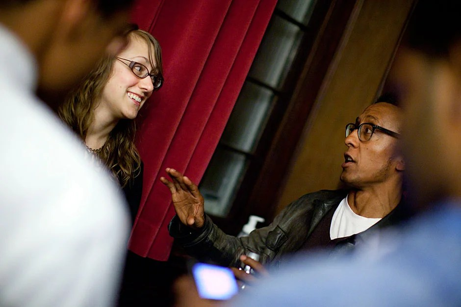 Harvard Law School student Lea Downey (left) speaks with Andre Royo, who played Bubbles. Stephanie Mitchell/Harvard Staff Photographer
