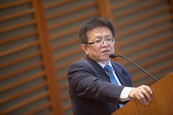 "Samrit Srithamrongsawat, the deputy secretary general of Thailand's National Health Security Office, delivered the keynote speech at the inaugural State of Global Health Symposium, ""Transforming Health Systems for Universal Health Care"" (photo 1). Other symposium panelists included Ashish Jha (from left, photo 2), Rifat Atun, William Hsaio, and Wafaie Fawzi."