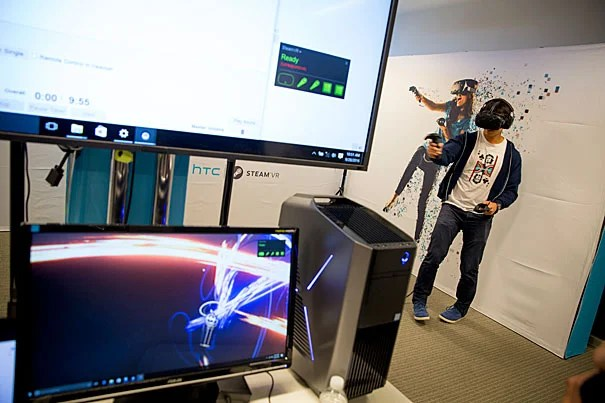 Harvard Business School student Brandon Tseng, M.B.A. '17, tries out virtual reality in the i-lab as part of HUBweek's augmented and virtual reality segment.