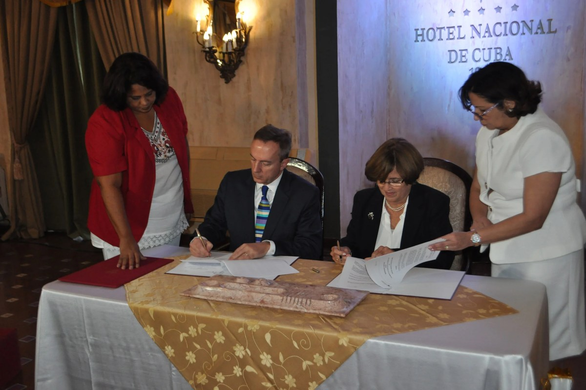 The academic partnership was signed by Mark C. Elliott, vice provost for international affairs at Harvard University, and Aurora Fernández, vice minister of higher education in Cuba.