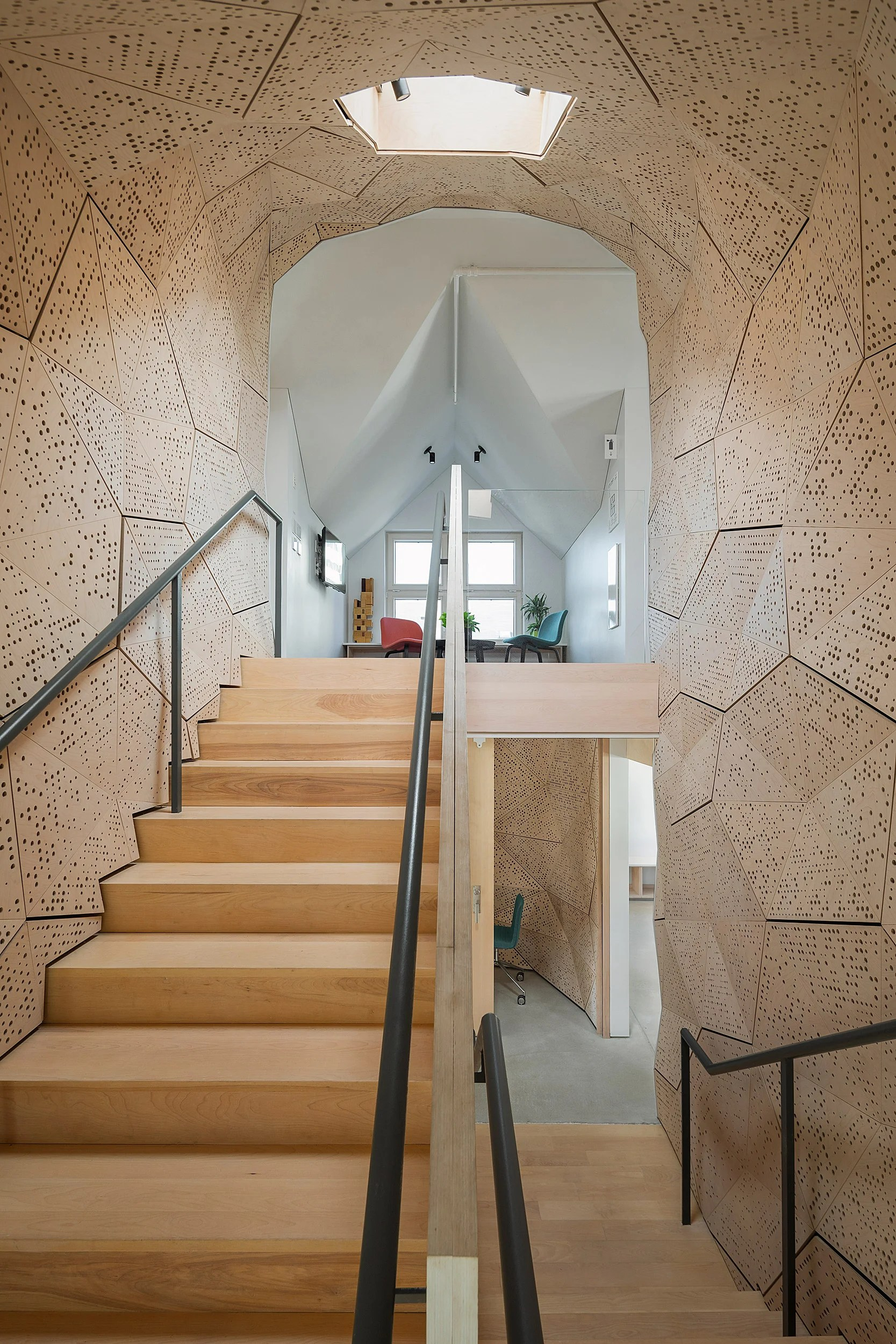 Staircase designed to reduce acoustic disturbance.
