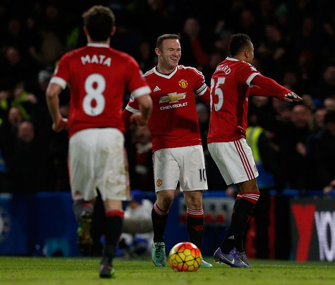 Manchester United's English midfielder Jesse Lingard (R) celebrates with Manchester United's English striker Wayne Rooney after scoring during the English Premier League football match between Chelsea and Manchester United at Stamford Bridge in London on February 7, 2016. / AFP / Ian Kington / RESTRICTED TO EDITORIAL USE. No use with unauthorized audio, video, data, fixture lists, club/league logos or 'live' services. Online in-match use limited to 75 images, no video emulation. No use in betting, games or single club/league/player publications. / (Photo credit should read IAN KINGTON/AFP/Getty Images)