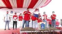 Gubernur DKI Jakarta Anies Baswedan saat melakukan peletakan baru pertama pembangunan Kampung Akuarium, Senin (17/8/2020). Foto: SINDOnews/Bima Setiyadi