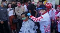 Momen Gibran Ikut Cukur Rambut Gratis di Pasar Tradisional