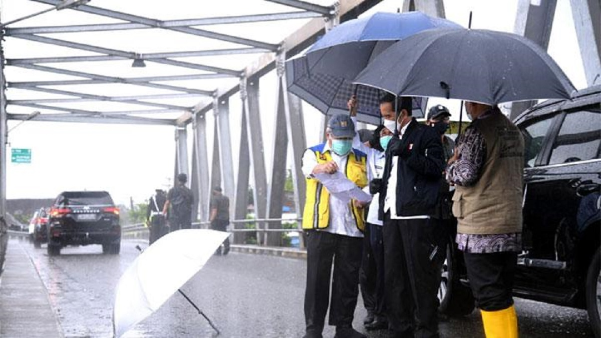 Presiden Joko Widodo meninjau sungai Martapura dari jembatan Pakauman yang berada di Kecamatan Martapura Timur, Kabupaten Banjar, Provinsi Kalimantan Selatan