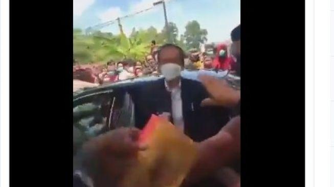 Bagi-bagi Nasi Kotak di Jalan, Netizen Minta Jokowi Senasib Habib Rizieq