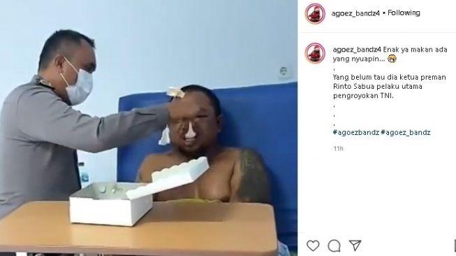 Pria Babak Belur Disuapi Polisi di RS, Netizen: Pengen Ketawa Takut