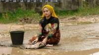 Sindir Pemerintah, Wanita Ini Berpose Bak Model di Jalanan Rusak dan Berlumpur