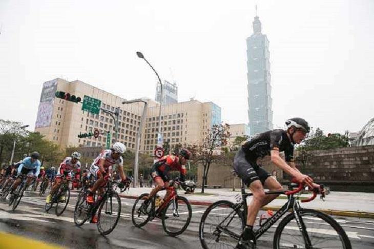 Велосипедисты едут по району Синьи