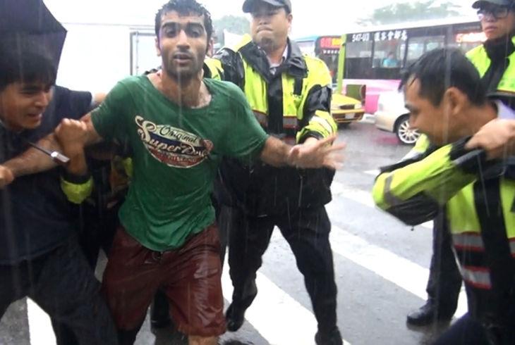 Потеряв работу, иранец избил нескольких полицейских (+ видео)