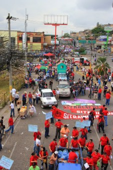 Waiting for the May Day march to get started in the La Granaja neighbourhood in Comeyaguela (Tegucigalpa).