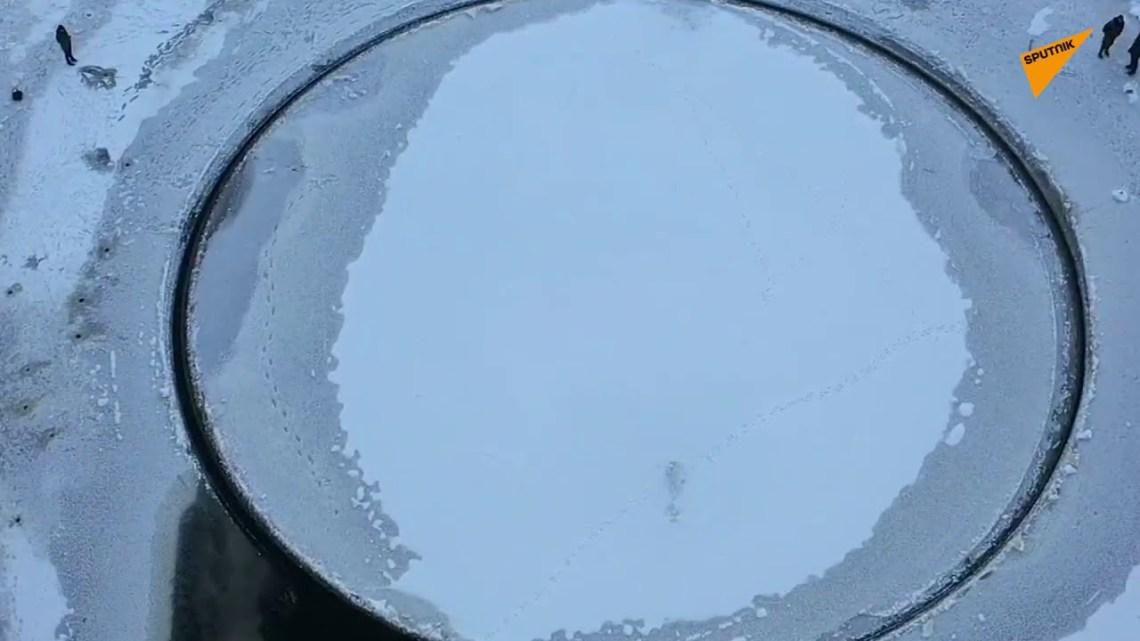 Υπέροχο φαινόμενο: Ένας τέλειος κύκλος πάγου στροβιλίζεται αργά σε ποταμό της Λευκορωσίας