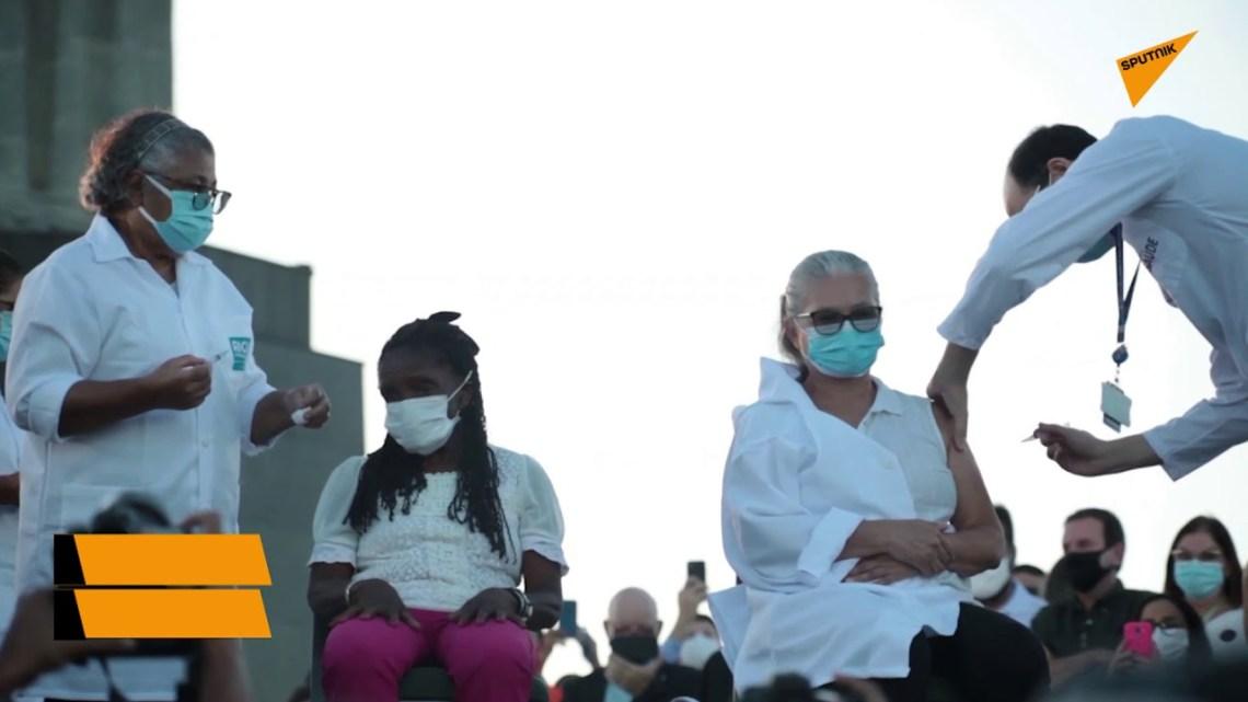 Κάτω από τον εμβληματικό «Χριστό τον Λυτρωτή» οι δύο πρώτοι εμβολιασμοί στο Ρίο ντε Τζανέιρο