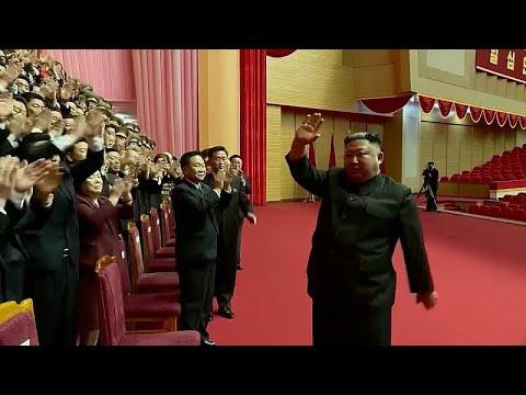 Β. Κορέα: Ο Κιμ Γιονγκ Ουν αποθεώνεται