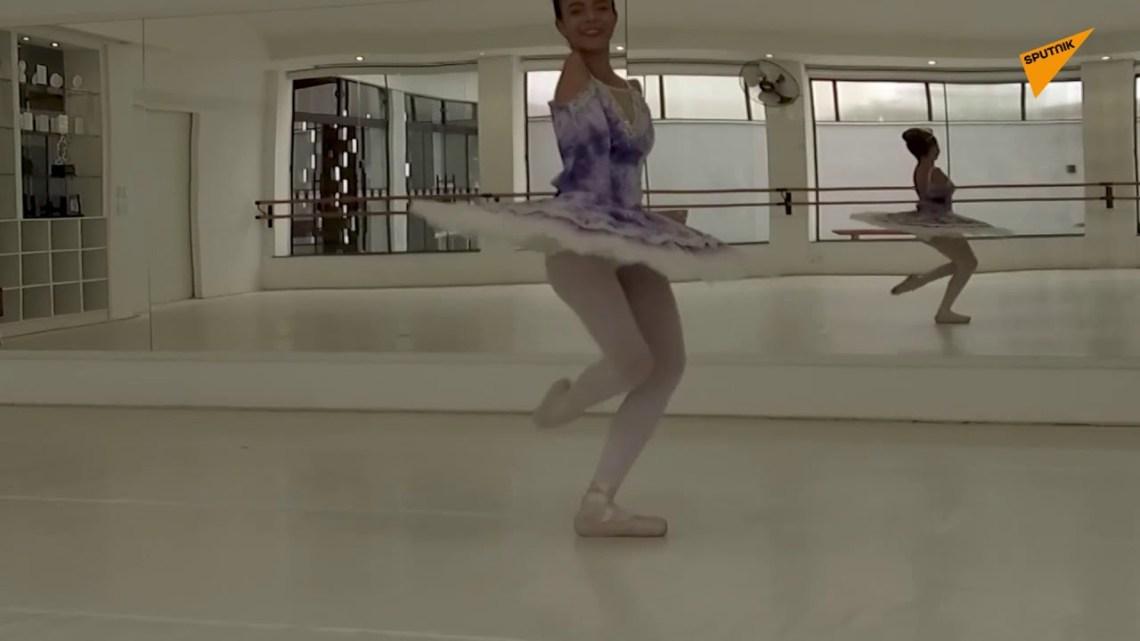 «Είμαστε κάτι παραπάνω από τις αναπηρίες μας»: Η 16χρονη μπαλαρίνα χωρίς χέρια που διδάσκει ζωή