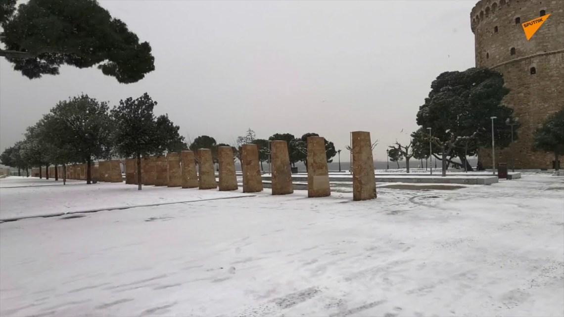 «Μήδεια»: Έντυσε τη Θεσσαλονίκη στα λευκά – «Αλπικό» τοπίο με θέα τον Θερμαϊκό