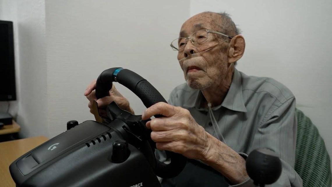 Παππούς 93 ετών, πρώην οδηγός, επιστρέφει στο τιμόνι και κατακτά τις πίστες αγώνων σε videogames