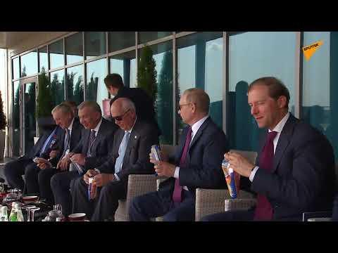 Διάλειμμα δροσιάς για τον Βλαντίμιρ Πούτιν: Απόλαυσε παγωτό σε επίδειξη πτήσεων