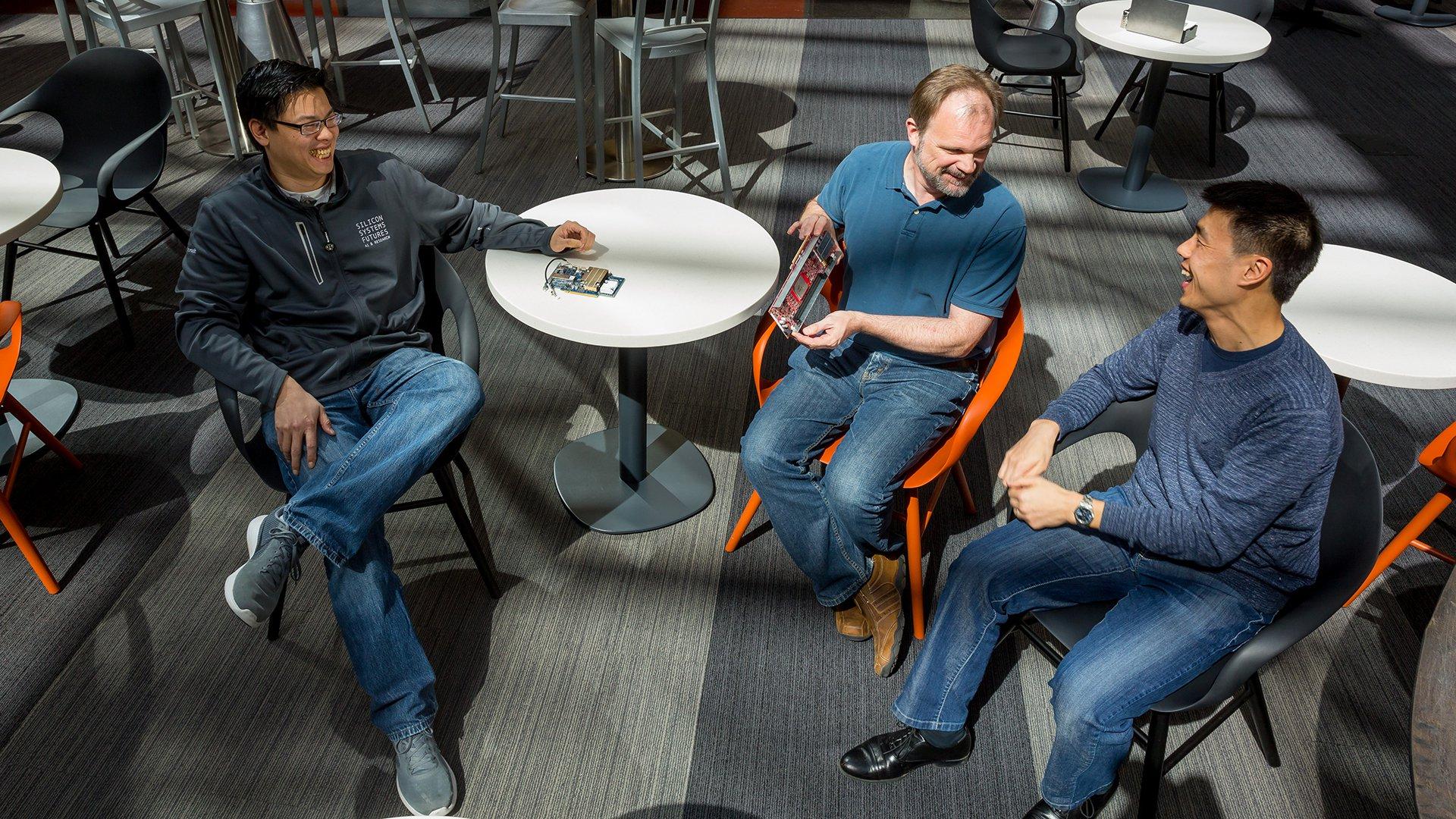Слева направо: Эрик Чанг, старший исследователь Microsoft Silicon Systems Group, Стив Рейнхардт, менеджер по разработке оборудования Bing, и Тед Вэй, старший менеджер программ Azure Machine Learning, работают над Project Brainwave. Фото: Скотт Эклунд/Red Box Pictures.