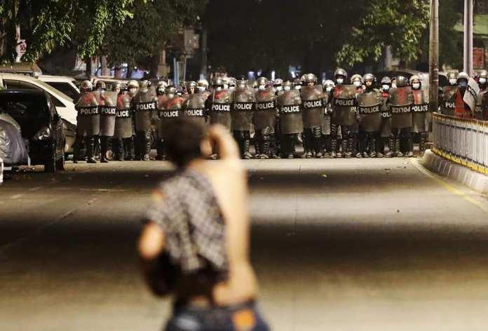 군부 지지 시위대 등장, 난무하는 폭력과 협박