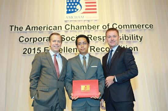"""ลากูน่าภูเก็ต รับรางวัล """"องค์กรที่มีผลงานด้านความรับผิดชอบต่อสังคมดีเด่น  ประจำปี 2558"""" โดยหอการค้าอเมริกันในประเทศไทย"""