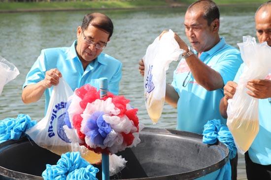 ทต.ราไวย์ จัดพิธีปล่อยพันธุ์สัตว์น้ำ และกิจกรรมทำความสะอาดชายหาด