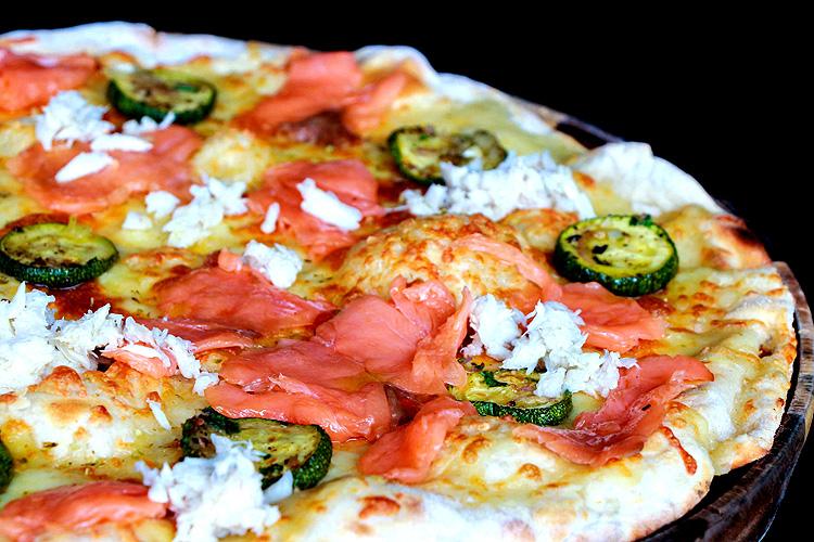 Pizza alla Polpa di Granchio e Salmone Affumicato