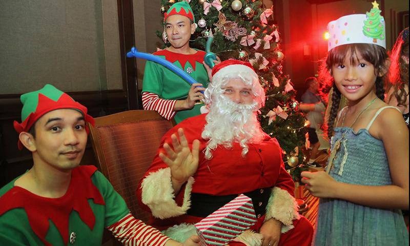 ซานตาคลอส และเอลป์ แวะเยี่ยมเยียน มอบของขวัญให้กับเด็ก ๆ ในค่ำคืนวันคริสมาสต์อีฟ ณ โรงแรม เจดับเบิ้ลยู แมริออท ภูเก็ต