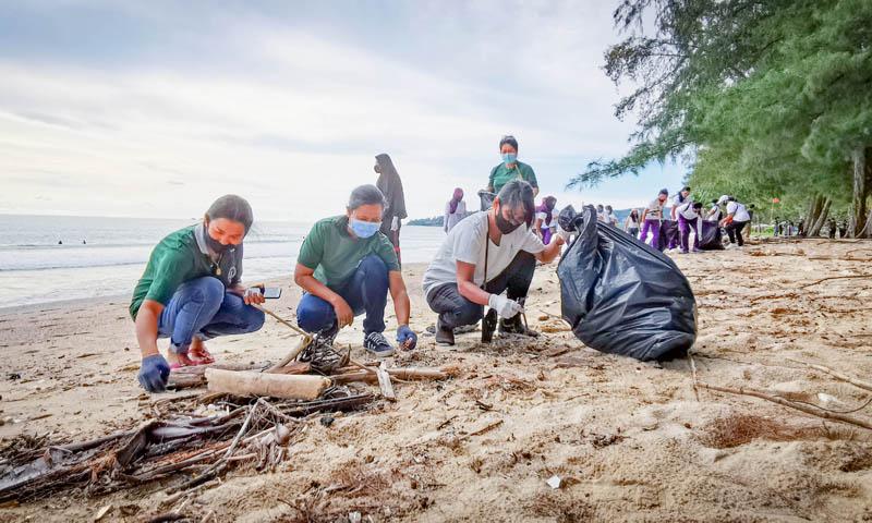 ลากูน่าภูเก็ตเตรียมความพร้อมฉลองหยุดยาวนี้ด้วยการทำความสะอาดชายหาดครั้งใหญ่