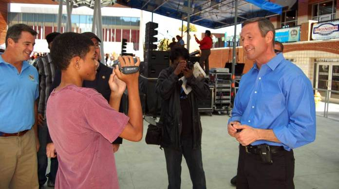 Martin O'Malley talks with journalists from Montgomery Blair H.S. in 2010