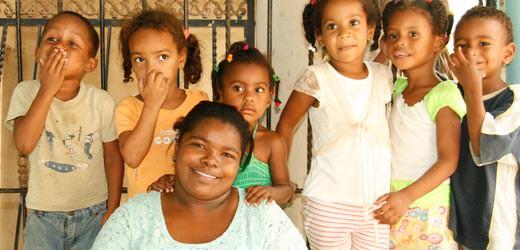 Reina mit Kindern aus dem SOS-Kindergarten Santiago
