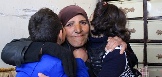 Großmutter umarmt ihre beiden Enkel