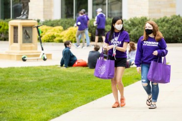 Students walk through campus during Tommie Fest. Mark Brown/University of St. Thomas