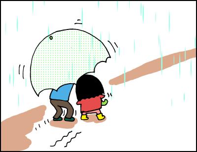 娘の傘の高さに合わせてかがみながら歩く。