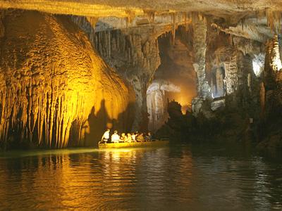 السياحة - السياحة في لبنان Jeita-Grotto-Amazing-Inside-boat