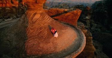 بدوي يجلس على قمة الدير في البتراء (Annie Griffiths Belt - National Geographic)