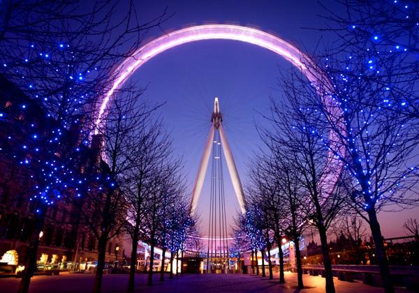 عين لندن أو عجلة الألفية وسط الأضواء الملونة