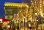قوس النصر وحوله أضواء وزينات أعياد الميلاد